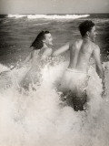 Couple Playing in the Surf Reproduction photographique par George Marks