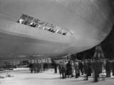 Crowd and Zeppelin Fotodruck