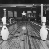 Man Looking at Bowling Pins Left Standing in Lane Fotografie-Druck