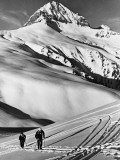 Couple Cross-Country Skiing in Mountains Reproduction photographique