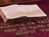 Hebrew Bible in Fes Synagogue, Morocco Fotografisk tryk af William Sutton