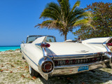 Classic 1959 White Cadillac Auto on Beautiful Beach of Veradara, Cuba Fotografie-Druck von Bill Bachmann