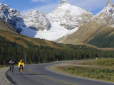 Road Bicycling on the Icefields Parkway, Banff National Park, Alberta, Canada Stampa fotografica di Chuck Haney