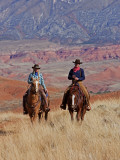Cowboy and Cowgirl Riding Through Scenic Hills of the Big Horn Mountains, Shell, Wyoming, USA Fotografisk trykk av Joe Restuccia III