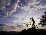 Silhouette of Mountain Biker Drinking at the Summit During Sunset Papier Photo