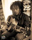 Bob Marley, sittende, på engelsk Posters