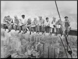 Lunch uppe på en skyskrapa, ca 1932 Monterat tryck av Charles C. Ebbets
