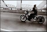 Cruzando el río Ohio Lámina montada en tabla por Danny Lyon