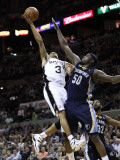 Memphis Grizzlies v San Antionio Spurs - Game Five, San Antonio, TX - APRIL 27: George Hill and Zac Photographie par Jed Jacobsohn