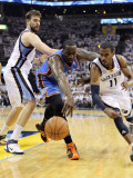 Oklahoma City Thunder v Memphis Grizzlies - Game Four, Memphis, TN - MAY 09: Mike Conley and Kendri Photographie par Andy Lyons
