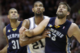 Memphis Grizzlies v San Antionio Spurs - Game Five, San Antonio, TX - APRIL 27: Tim Duncan, Shane B Photographie par Jed Jacobsohn