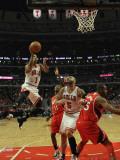 Atlanta Hawks v Chicago Bulls - Game Two, Chicago, IL - MAY 04: Derrick Rose, Carlos Boozer, Jamal  Lámina fotográfica por Jonathan Daniel