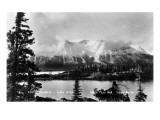Atlin, British Columbia - Arlin Mountains and Lake Poster von  Lantern Press