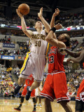 Chicago Bulls v Indiana Pacers - Game Three, Indianapolis, IN - APRIL 21: Tyler Hansbrough and Joak Photographie par Andy Lyons