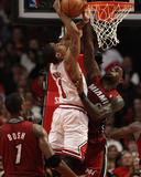 Miami Heat v Chicago Bulls - Game Two, Chicago, IL - MAY 18: Derrick Rose and LeBron James Fotografie-Druck von Jonathan Daniel