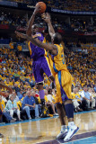 Los Angeles Lakers v New Orleans Hornets, New Orleans, LA - APRIL 22: Lamar Odom and Carl Landry Photographic Print by Layne Murdoch