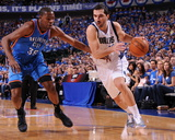 Oklahoma City Thunder v Dallas Mavericks - Game One, Dallas, TX - MAY 17: Peja Stojakovic and Kevin Fotografisk tryk af Andrew Bernstein