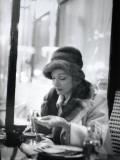 Marlène Dietrich (1901-1992) in a Café Fotografie-Druck von Luc Fournol