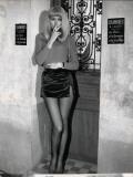 Mireille Darc : Elle boit pas, elle fume pas, elle drague pas mais … elle cause !, 1970 Reproduction photographique par Marcel Dole