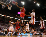 Chicago Bulls v Miami Heat - Game Three, Miami, FL - MAY 22: Derrick Rose and Dwyane Wade Fotografie-Druck von Marc Serota
