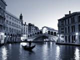 Gondola by the Rialto Bridge, Grand Canal, Venice, Italy Fotografie-Druck von Alan Copson
