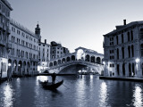 Gondola by the Rialto Bridge, Grand Canal, Venice, Italy Lámina fotográfica por Alan Copson