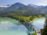 Road Bridge over Lake, Sylvenstein Lake and Bridge Bavarian Alps Bavaria Germany Fotografie-Druck von Peter Adams