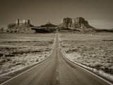 Straight Road Cutting Through Landscape of Monument Valley, Utah, USA Fotodruck von Gavin Hellier
