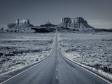 Straight Road Cutting Through Landscape of Monument Valley, Utah, USA Papier Photo par Gavin Hellier
