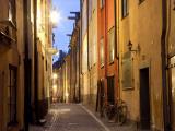 Historic Old Street in Gamla Stan (Old Town) in Stockholm, Sweden Fotodruck von Peter Adams