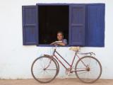 Portrait of Man Looking Out of Window, Vang Vieng, Laos Lámina fotográfica por Ian Trower