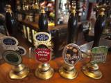 England, London, Beer Pump Handles at the Bar Inside Tradional Pub Fotografisk tryk af Steve Vidler