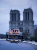 Notre Dame Cathedral and Taxi, Paris, France Fotografisk tryk af Jon Arnold