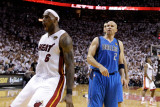 Dallas Mavericks v Miami Heat - Game One, Miami, FL - MAY 31: LeBron James and Jason Kidd Fotografie-Druck