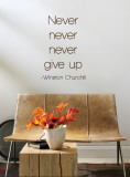 Never Give Up - Winston Churchill, marrone (sticker murale) Decalcomania da muro