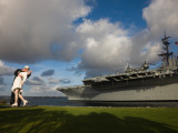 Sculpture Unconditional Surrender with USS Midway Aircraft Carrier, San Diego, California, USA Stampa fotografica