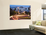 Vehicles Leave Colourful Light Trails at Dusk on Lombard Street reproduction murale géante par Orien Harvey