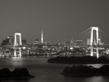 Rainbow Bridge and Tokyo Bay from Odaiba, Tokyo, Japan Fotografisk tryk af Jon Arnold