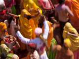 Holi Festival at a Temple Nr Mathura, Uttar Pradesh, India Fotografie-Druck von Peter Adams