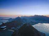 Brazil, Rio De Janeiro, Cable Car on Sugar Loaf Mountain and Vermelha Beach, Copacabana, Botafogo B Impressão fotográfica por Jane Sweeney