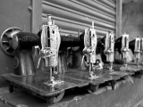 India, Mysore; Recently-Repaired Sewing Machines Outside a Sewing-Machine Repair Shop in Mysore Fotografie-Druck von Niels Van Gijn