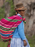 Peru; an Indian Woman Wearing Carries Her Farm Produce to Market in a Brightly Coloured Blanket Fotografie-Druck von Nigel Pavitt
