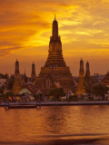 Thailand, Bangkok, Wat Arun ,Temple of the Dawn and Chao Phraya River Illuminated at Sunset Fotografie-Druck von Gavin Hellier