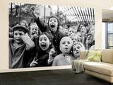 Amplía gama de expresiones faciales de los niños en el momento de la muerte del dragón en el espectáculo de marionetas Gran mural por Alfred Eisenstaedt
