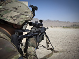 U.S. Army Sniper Pulls Security Using an Mk14 Enhanced Battle Rifle Fotografie-Druck von  Stocktrek Images