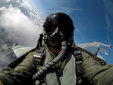 A Pilot in the Cockpit of an F-16 Fighting Falcon Impressão fotográfica por Stocktrek Images