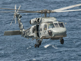 A US Navy SH-60F Seahawk Flying Off the Coast of Pakistan Photographie par  Stocktrek Images