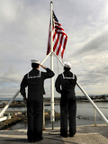 Sailors Raise the National Ensign Aboard USS Abraham Lincoln Fotografiskt tryck av Stocktrek Images,