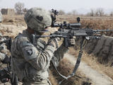 A U.S. Army Soldier Looks Through the Scope of His M-14 Sniper Rifle Photographie par  Stocktrek Images