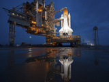 Stocktrek Images - Night View of Space Shuttle Atlantis on the Launch Pad at Kennedy Space Center, Florida Fotografická reprodukce